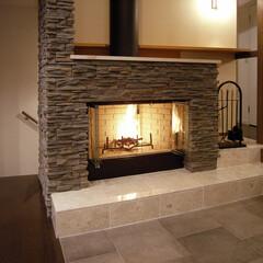 石目柄/暖炉/ラグジュアリー/世田谷 2階リビングの中心に暖炉があります。