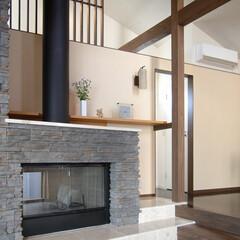 石目柄/暖炉/ラグジュアリー/世田谷 木の柱や梁、暖炉の石積み風のタイルが自然…