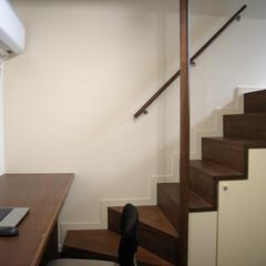 地下室/男の隠れ家/世田谷 半地下の書斎から上がったところが玄関とな…