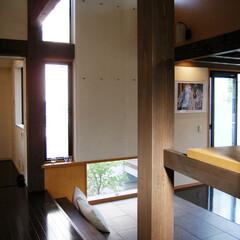 ナチュラル/世田谷 縦横に空間を貫く柱と梁・リズミカルな窓の…