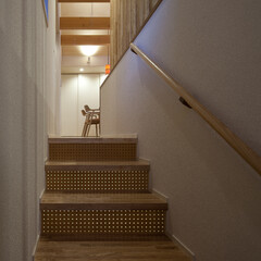 ドット/二世帯住宅 有孔合板による光の粒に視線を誘った後で、…
