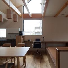 ワークスペース/ナチュラル/二世帯住宅 小上がりのある居間と連続するダイニング。…