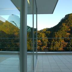 急勾配/傾斜地/崖地/眺望/リビング/テラス 屋内と屋外とは、 屋根が架かっているかど…