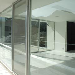 急勾配/傾斜地/崖地/リビング/テラス/眺望/... 真っ白な、 床も、壁も、天井も、 ガラス…