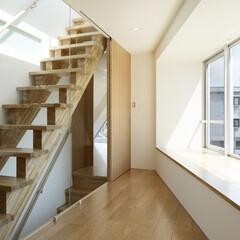 店舗/二世帯住宅/変形敷地/三角形/線路 階段と部屋は、 ガラスで仕切られています…