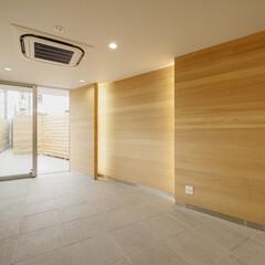 店舗/二世帯住宅/変形敷地/三角形/線路 木の板を型枠として使い、 木目を転写した…