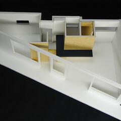 店舗/変形/狭小/ローコスト 白い空間に、木の箱が並び、黒いカウンター…