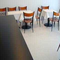 店舗/変形/狭小/ローコスト 「余白」となる部分に、テーブルや椅子を置…