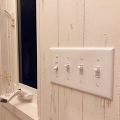 アメリカンスイッチ/木目柄壁紙/壁紙/インテリア/住まい/リフォーム/... 築19年の我が家。 玄関ホールが暗いのが…
