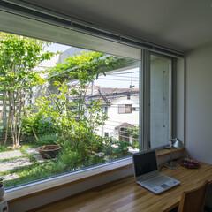 書斎/スタディコーナー/屋上庭園/藤棚/パーゴラ スタディコーナーは、屋上庭園に面した気持…