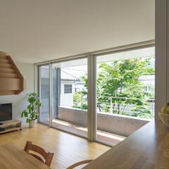 オープンキッチン/庭/緑 キッチンからは庭の緑が眺められ、料理中も…