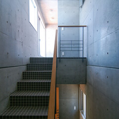 階段/タイル/屋上庭園 共用階段をそのまま登れば、屋上庭園へ行く…(1枚目)