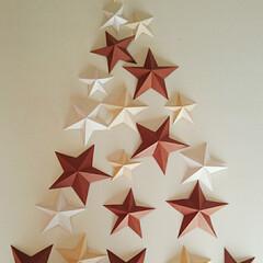 ウォールアート/クリスマスツリー/クリスマス/ペーパークラフト/100均/北欧インテリア 100均の色画用紙使って星をつくりました…(1枚目)