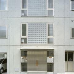 コンクリート打放し/ガラスブロック エントランス外観。EVホール・階段室外観