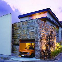 外観/ガレージ/大谷石/リゾート/地中海 大谷石を採用した外壁。 風化して緑濃くな…