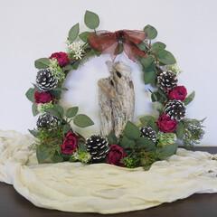 クリスマスハンドメイド/クリスマス/クリスマスプレゼント/リース 流木を白いロウソクにみたて、バラとマツボ…