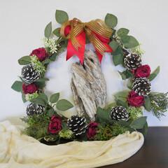 クリスマス/クリスマスプレゼント/クリスマスハンドメイド/新築・引っ越し祝い/リース 流木を白いロウソクにみたて、バラとマツボ…