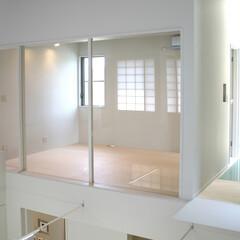 モダン/モノトーン 吹き抜けに面した贅沢な個室は、開放感ある…