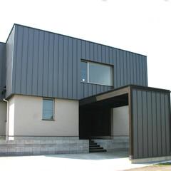 和風/モダン/モノトーン 一階は塗り壁、二階は全て鋼鈑で仕上げ、重…