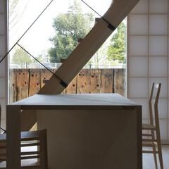 和風 庭に立てた枕木が屏風代わりとなり、室内か…
