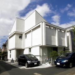 北欧/モノトーン 青空に映える白い塗り壁の住宅です。