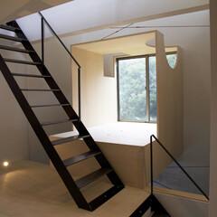 踊り場/モダン 狭小物件では、階段の途中からベッドに入る…