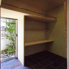 洋室、デスク/白/ナチュラル/モダン/吸放湿/断熱 土間から続く子ども部屋です。