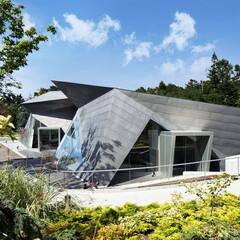美術館 八ヶ岳の山々の稜線と日本文化の折紙をモチ…