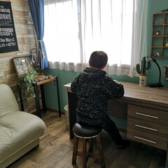 〔WAGIC〕 木目調 おしゃれなクッションシート壁 ビンテージウッド柄 AB4(その他キッチン、日用品、文具)を使ったクチコミ「次男の部屋 見に行くと机に向かって勉強?…」(1枚目)