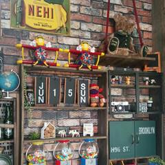 棚/セリア/ダイソー/黒板棚/ウォールナット/万年カレンダー/... カウンターに棚を作り、ウォールナットで塗…