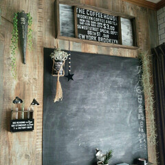 男前インテリア/おしゃれインテリア/画鋲で飾れる/ランチョンマット/すのこDIY/すのこ/... 黒板上に設置してあるインテリア雑貨。 横…