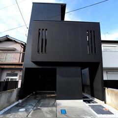 かっこいい家/おしゃれな家/モダンな家/狭小住宅/狭小地/黒い外観/... 変形した狭小地、24坪という敷地に、建物…(1枚目)