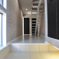 おしゃれな家/家づくり/こだわりの家/モダンな家/かっこいい家/注文住宅/... 敷地に約1m弱の高低差がある為数段の階段…