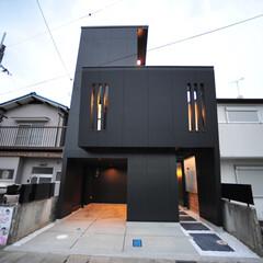 かっこいい家/おしゃれな家/黒い外壁/滋賀県/京都/デザイン住宅/... 変形した狭小地、24坪という敷地に、建物…