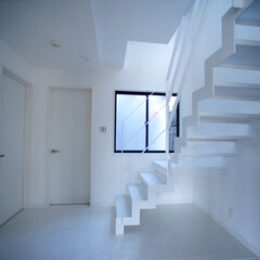 広い玄関/明るい玄関/吹抜けの玄関/鉄骨階段/おしゃれな家/かっこいい家/... 変形した狭小地、24坪という敷地に、建物…