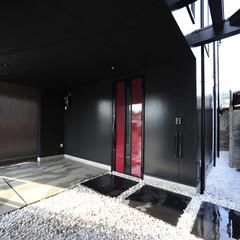 おしゃれな玄関/かっこいい玄関/おしゃれなアプローチ/おしゃれな家/かっこいい家/モダン住宅/... 変形した狭小地、24坪という敷地に、建物…(1枚目)