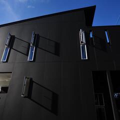 黒い家/かっこいい家/おしゃれな家/モダンな家/注文住宅/モダン住宅/... 敷地に約1m弱の高低差がある為数段の階段…