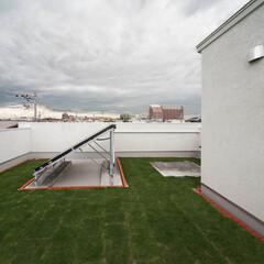 太陽熱温水/屋上緑化/天体観測 屋上。正面は太陽熱温水器。右側の白い床は…