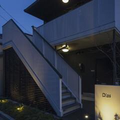 マンション/アパート/改修/リフォーム/リノベーション/外観/... 階段下は木ルーバーで覆って掃除用具入れや…