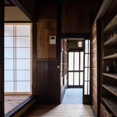 玄関/土間/モルタル/三和土/杉/足場板/... キッチンから入口方向を見る。玄関の床面は…
