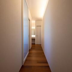 間接照明/廊下/回遊性/ライティング/リノベーション/リフォーム/... 諸室へアクセスできる回廊。壁面に間接照明…