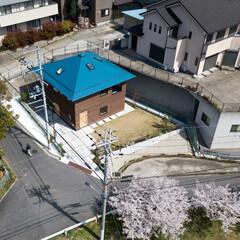 新築/木造/住宅/間取り/四角い家/ドローン/... 俯瞰。変形敷地の中に整形の建物を置く。北…