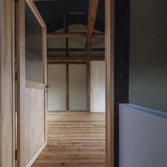 「階段から2階のへやを見る。ドアノブは真鍮…」(1枚目)