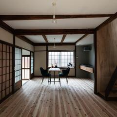 杉/フローリング/漆喰/木製建具/階段/障子/... 東西の窓と階段上から漏れる光が白い壁・天…