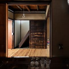 ダイニング/キッチン/階段/居間/リビング/杉/... キッチンは居間に向かって配置し、引違戸を…