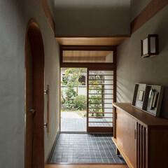 建築家/設計事務所/奈良/大阪/京都/家/... 玄関見返し。左手が居間の入口。集成材を曲…