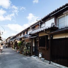 京町家/リフォーム/リノベーション/戸建て/町家/町屋/... 狭い道路の両側に長屋の軒が連なる。