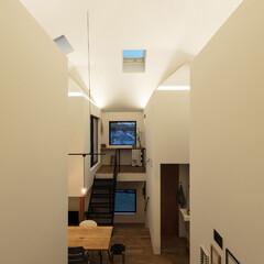 木造/新築/住宅/間取り/戸建て/吹き抜け/... 夕景。4つの小さな家が発光する。