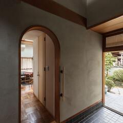 不動産・住宅/戸建て/一戸建て/家/住まい/マイホーム/... アーチ枠から居間を見る。玄関は土壁の塗り…