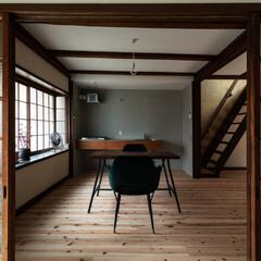 フレキシブルボード/すりガラス/杉フローリング/レトロ/モダン/アンティーク/... 玄関土間から居間を見る。